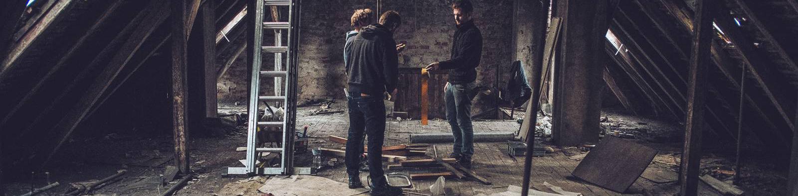 Auf dem ehemaligen kaputten rustikalen Dachboden des Hostels vor dem Umbau zum hostel multitude