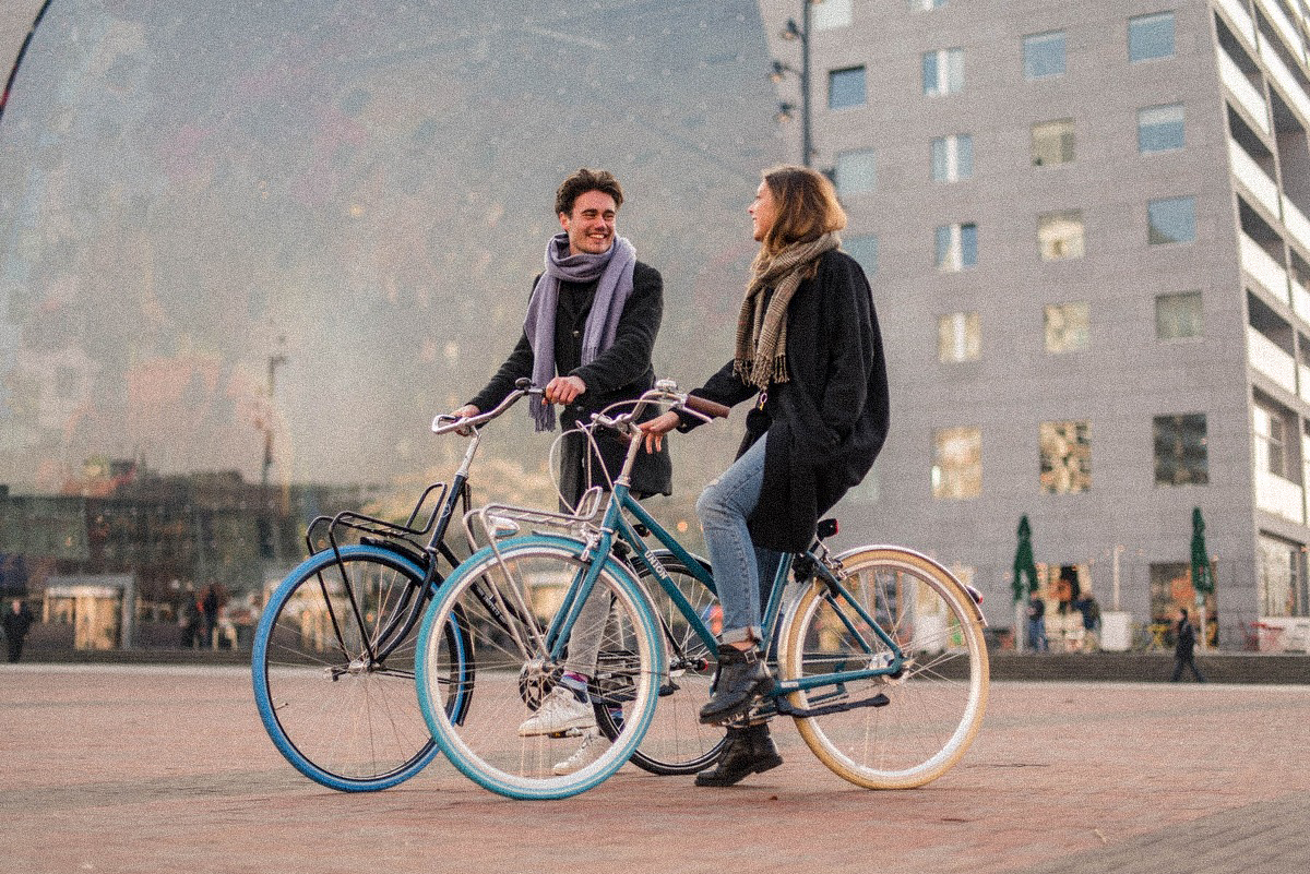 Zwei Menschen lachend auf Swapfiets Fahrrädern