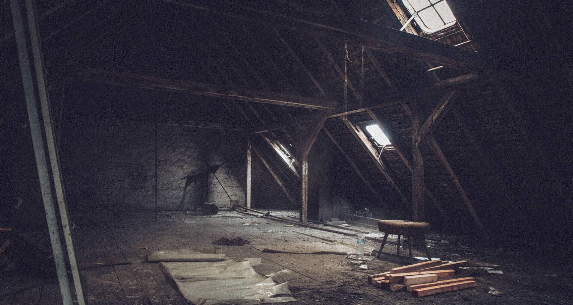 Dunkler, unausgebauter Dachboden im multitude hostel vor der Renovierung. Jetzt sieht es deutlich schöner aus.