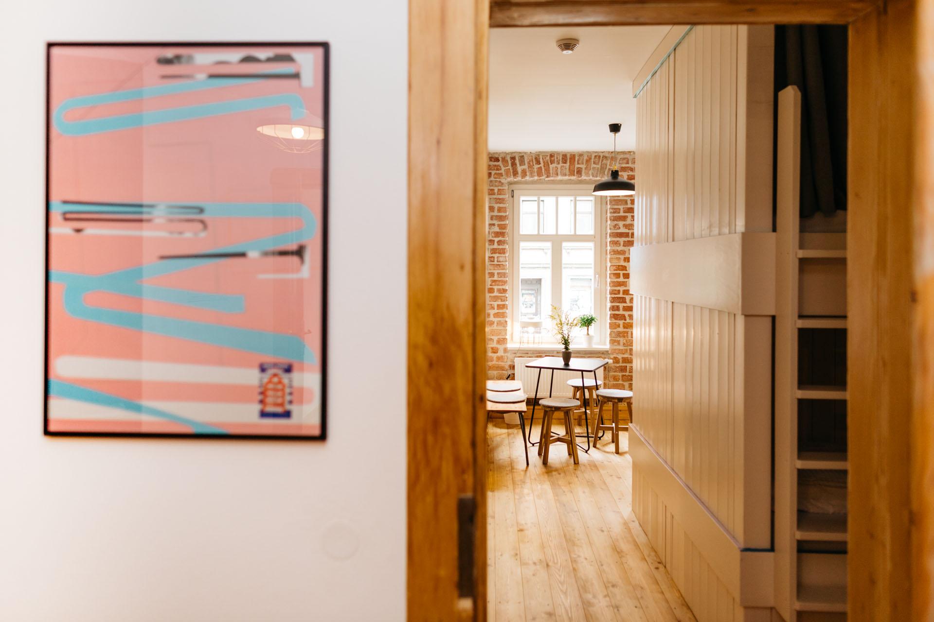 Ein Blick durch die Holztür in eines der großen Zimmer