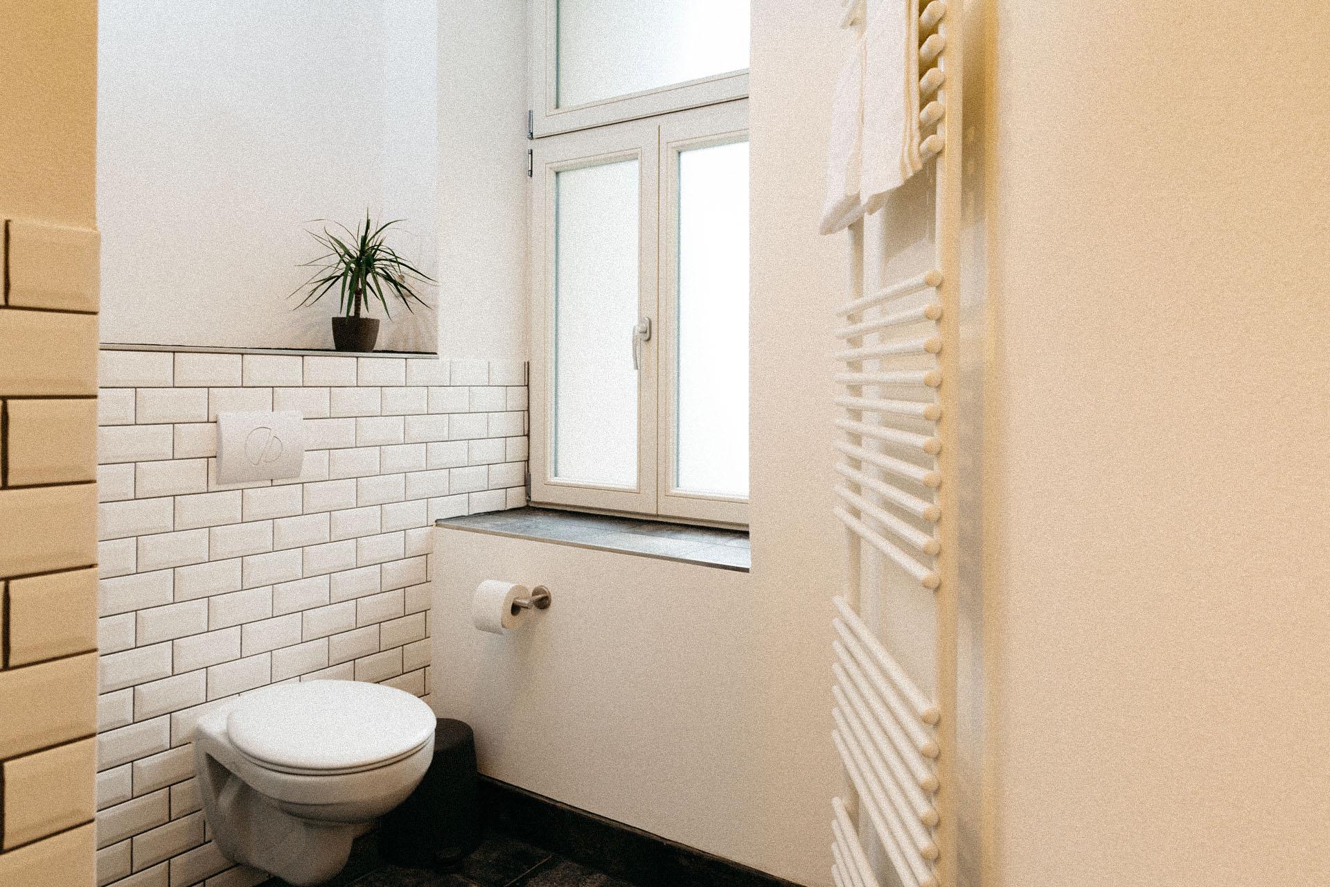 Schönes helles Badezimmer mit einer Heizung zum Handtücher aufhängen