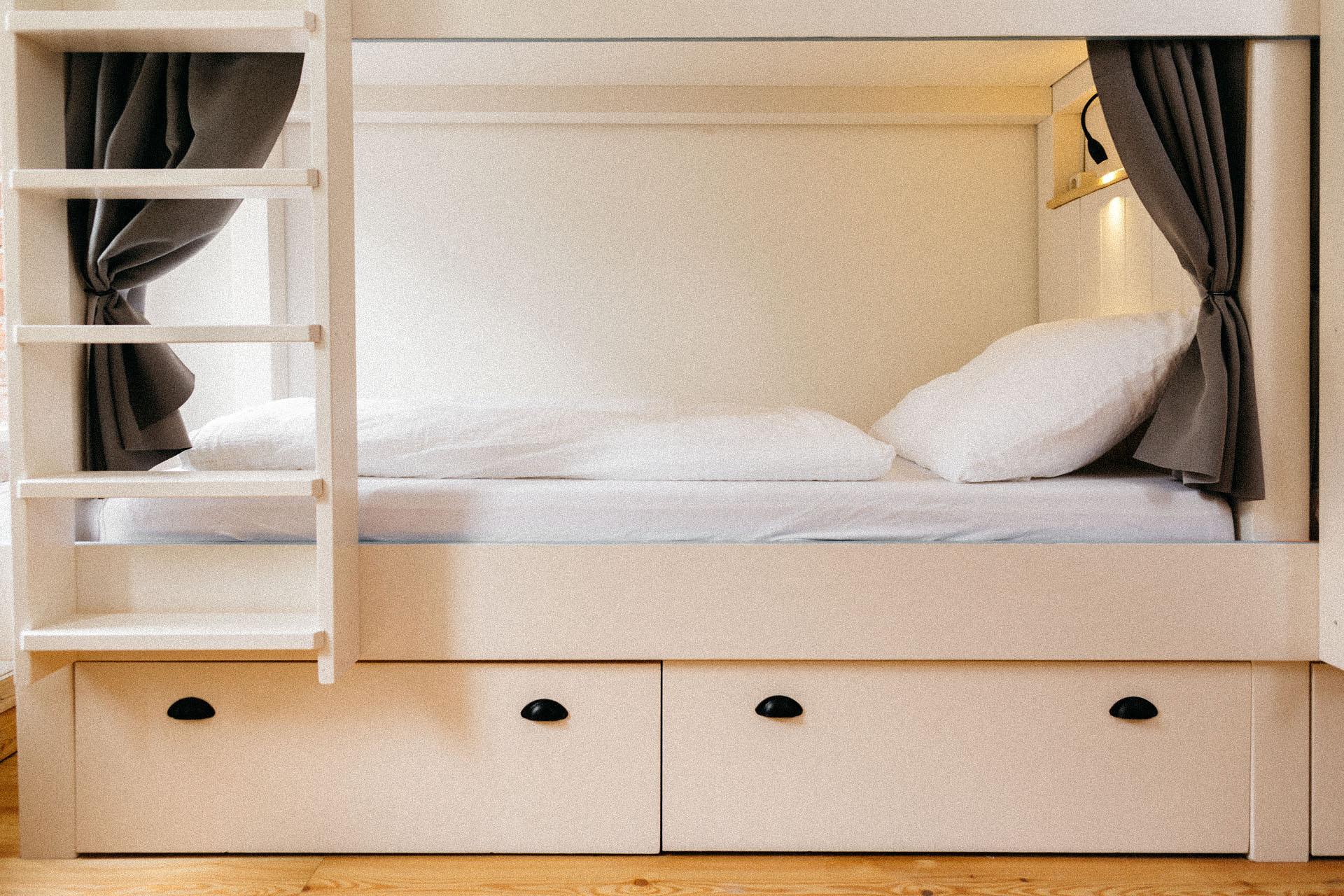Doppelbett mit Verdunklungsvorhängen